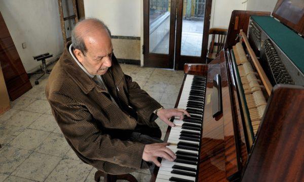 Cet accordeur de pianos travaillait à l'origine exclusivement pour une clientèle étrangère et possédait dans le centre-ville un magasin de vente et de réparation de pianos. En 1975, il a l'occasion de reprendre à bon prix la location d'un atelier au premier étage du marché où il propose à la vente divers instruments de musique. L'état du marché les décourageant les clients de venir sur place, il se rend lui-même chez eux pour leur accorder, vendre ou louer un piano.